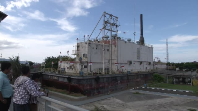 stockvideo's en b-roll-footage met people look at a huge ship that washed inland during the tsunami in banda aceh it has been turned into a museum - goede staat