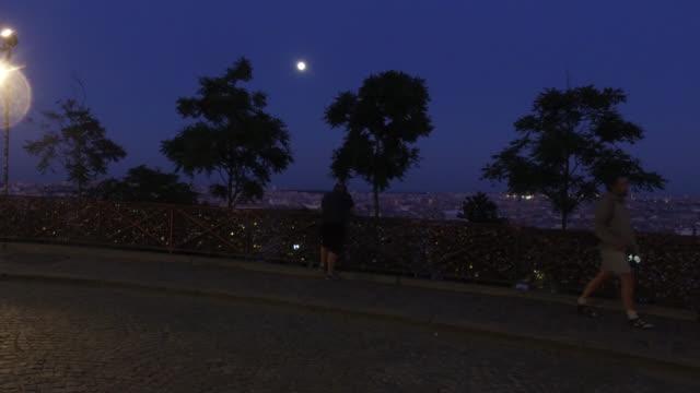 vídeos y material grabado en eventos de stock de people look at paris, from parvis du sacré-coeur, 75018 paris. may 6, 2020 in paris, france. may 6, 2020 in paris, france. - basílica del sagrado corazón de montmartre