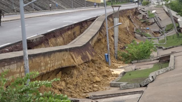 vídeos de stock e filmes b-roll de people look at the damage after part of the riverside overlooking the congo river collapsed in brazzaville following heavy rains sparking a... - destruição