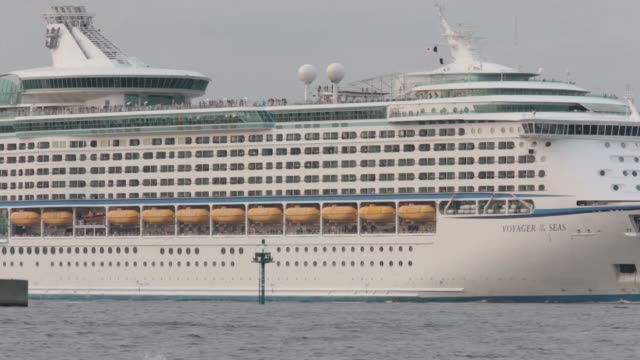 people look out at the tokyo bay from aboard the royal caribbean cruises ltd's voyager of the seas berthed at the ohi wharf in tokyo japan on... - ponte di una nave video stock e b–roll