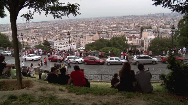 vídeos de stock, filmes e b-roll de ws, ha, people looking at cityscape from montmartre hill, paris, france - ponto de observação