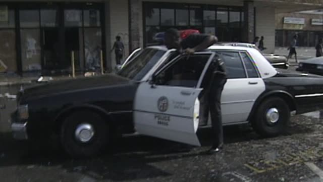 people looting stores during the riots on april 29, 1992 in los angeles, california - looting stock videos & royalty-free footage