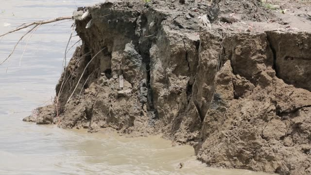 people lost their home at riverbank due to erosion in soriotpur bangladesh erosion is endemic in bangladesh with millions affected as farmland crops... - erodiert stock-videos und b-roll-filmmaterial