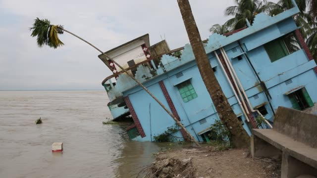 vidéos et rushes de people lost their home at riverbank due to erosion in soriotpur bangladesh on august 01 2018 erosion is endemic in bangladesh with millions affected... - climate change