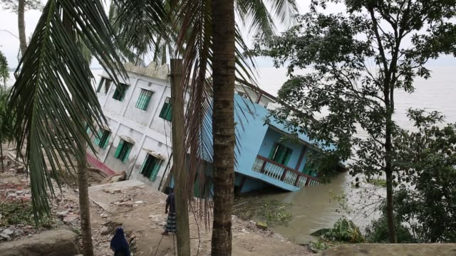 people lost their home at riverbank due to erosion in soriotpur bangladesh on august 01 2018 erosion is endemic in bangladesh with millions affected... - 浸食された点の映像素材/bロール
