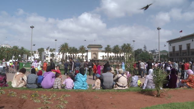 vídeos de stock e filmes b-roll de  ws people lounging in city park  /casablanca, unspecified, morocco - marrocos