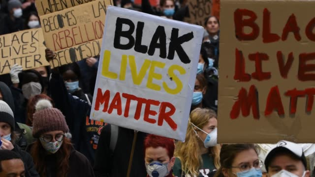 stockvideo's en b-roll-footage met people march chant and hold up signs that say 'black lives matter' as protesters gather to march in solidarity with protests in the united states... - chanten