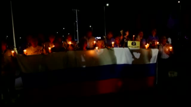 people march with candles during a ceremony to mark the first anniversary of the russian metrojet plane crash on october 30 2016 in the red sea... - kogalymavia stock-videos und b-roll-filmmaterial