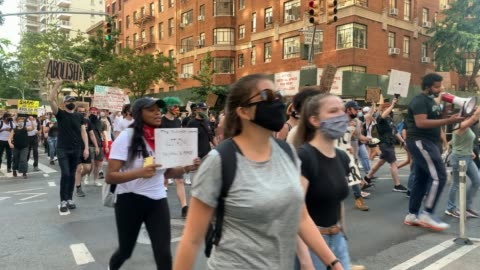 """stockvideo's en b-roll-footage met people march with signs chanting """"say her name, breonna taylor"""" as protesters march for the black lives movement on june 16, 2020 in new york city.... - chanten"""