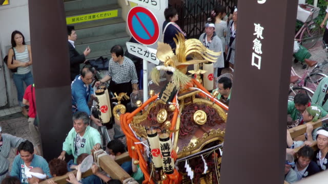 people marching with portable shrine in japan - 神奈川県点の映像素材/bロール
