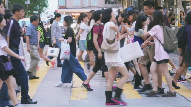 stockvideo's en b-roll-footage met de massa van de mensen op het voetgangers kruis in piek uur - voetganger