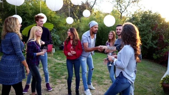 vidéos et rushes de réunion de personnes sur une fête d'anniversaire - arrivée