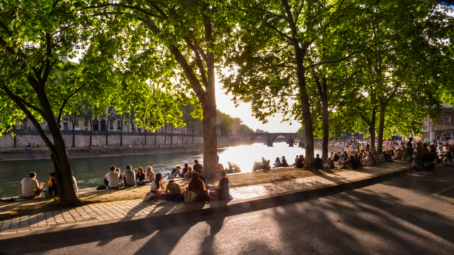 vidéos et rushes de people meeting on the banks of the seine river, tl, ws - lieu touristique