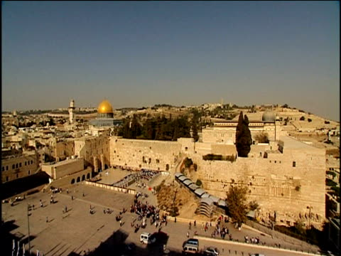 people milling around temple mount dome of the rock in background jerusalem - gerusalemme est video stock e b–roll