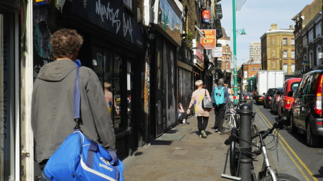 Mensen verplaatsen In London Shoreditch, Brick Lane (UHD)
