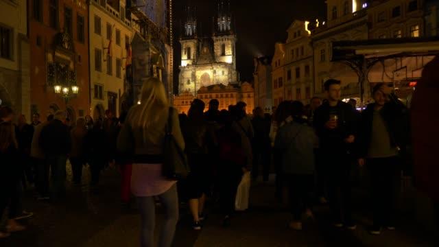 vidéos et rushes de personnes qui se déplacent dans prague old town square la nuit - stare mesto