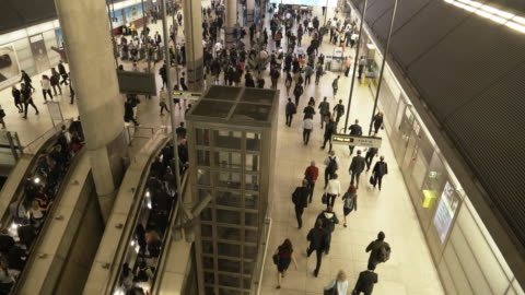 ラッシュアワー時に地下駅で移動する人々 - 階点の映像素材/bロール