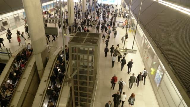 människor som flyttar i tunnelbanestation vid rusningstid - rush hour 2 bildbanksvideor och videomaterial från bakom kulisserna