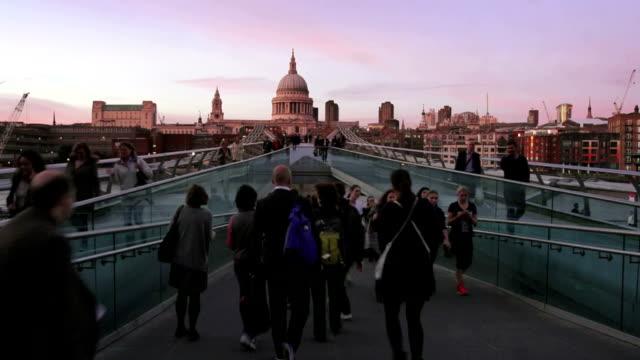 T/L personnes animées sur Objectifs du Millénaire pour Pont à Londres au crépuscule