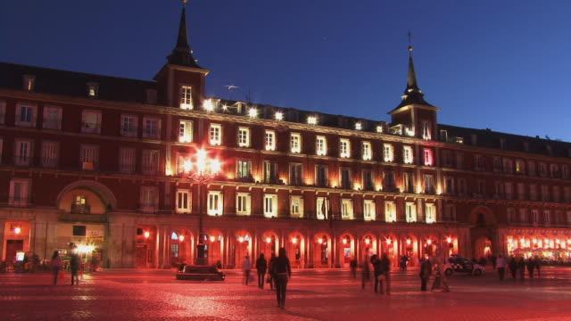 ws t/l people moving past casa de la panderia at dusk/ plaza mayor, madrid, spain - 17th century style stock videos & royalty-free footage