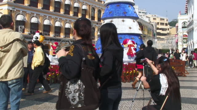 ws pan people near christmas tree in do senado square / macau, china - leal senado square stock videos & royalty-free footage
