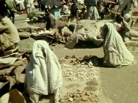 vídeos y material grabado en eventos de stock de people of addis ababa sell their wares at a market - etiopía