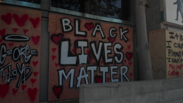 people of all ages, sexes and ethnicity marching in the streets in support of black lives matter movement in los angeles - storia degli afroamericani degli usa video stock e b–roll