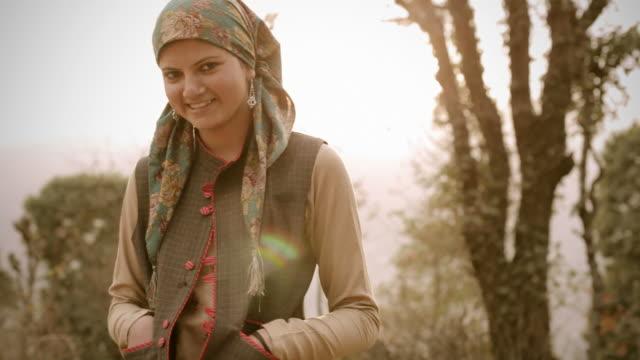 vídeos y material grabado en eventos de stock de personas de himachal pradesh: hermosa mujer joven y sol - pañuelo de cabeza