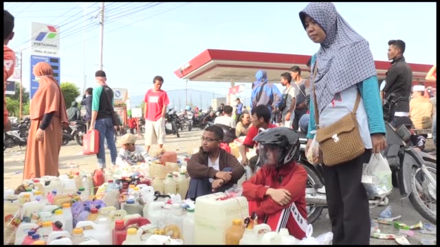 People of Palu lining in front of gas station to fill up their gasoline tanks in Palu Central Sulawesi on October 02 2018 People of Pale are in...