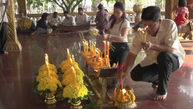 vídeos de stock e filmes b-roll de people offering incense in a temple - buddhism