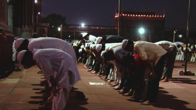 stockvideo's en b-roll-footage met ws people offering namaz at jama masjid / delhi, india - zij aan zij