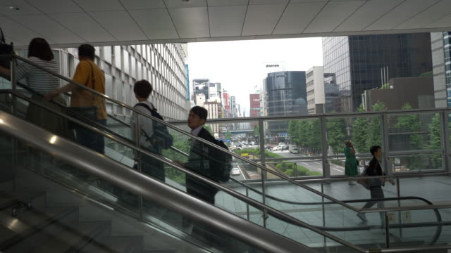 people on an escalator in tokyo, japan. - (war or terrorism or election or government or illness or news event or speech or politics or politician or conflict or military or extreme weather or business or economy) and not usa点の映像素材/bロール