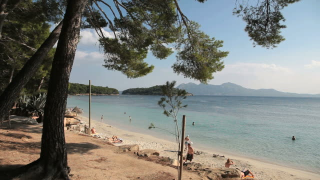 vídeos y material grabado en eventos de stock de ws people on beach at bay of formentor / mallorca, balearic islands, spain  - bahía