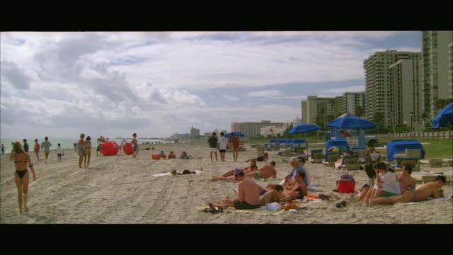 vidéos et rushes de ws people on beach / miami, florida, usa - miami