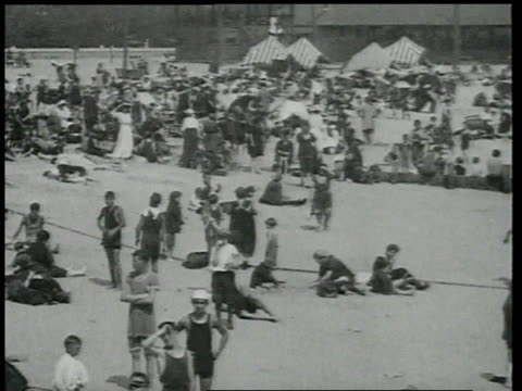 vidéos et rushes de 1918 ha people on beach milling around / brooklyn, new york, united states - 1918