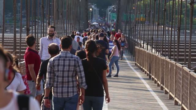 vidéos et rushes de people on brooklyn bridge in new york us on monday may 21 2018 - traverser