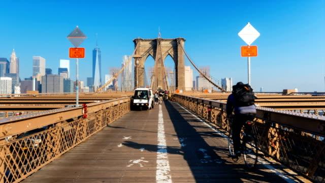 vídeos de stock e filmes b-roll de people on brooklyn bridge - new york state
