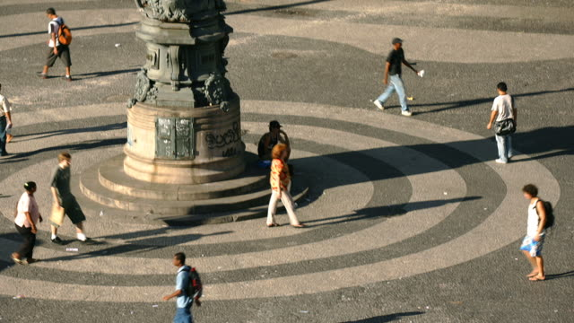 vídeos de stock, filmes e b-roll de t/l, ms, ha, people on carioca square, rio de janeiro, brazil - praça