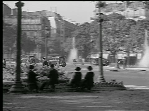 vídeos de stock e filmes b-roll de b/w 1936 pan people on chairs + walking by fountains in rond point des champs-elysees / paris - 1930