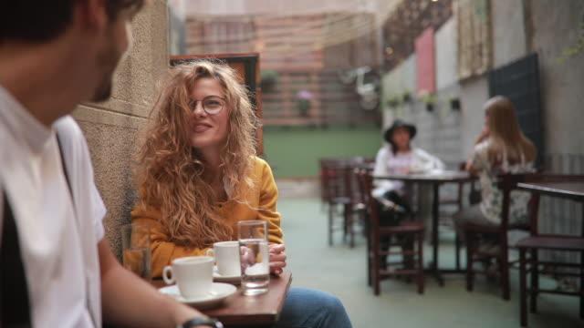 vídeos y material grabado en eventos de stock de gente en pausa café - gafas