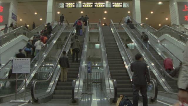 ms, t/l, la, people on escalators at shanghai railway station, shanghai, china - rolltreppe stock-videos und b-roll-filmmaterial