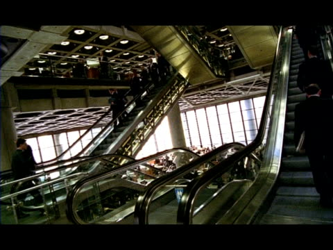 vídeos de stock e filmes b-roll de ms people on escalators, lloyds building, london, england - vestuário de trabalho formal