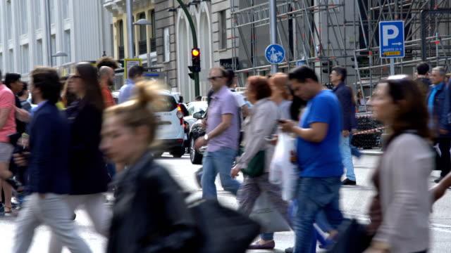 マドリードのグランビアの人々, リアルタイム - マドリード グランヴィア通り点の映像素材/bロール