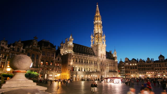 ws, t/l, people on grand-place at night, brussels, belgium - regione di bruxelles capitale video stock e b–roll