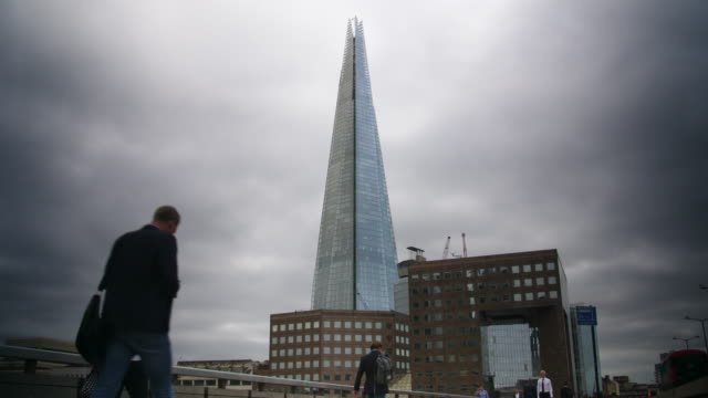 vidéos et rushes de people on london bridge with the shard in background - vignetage