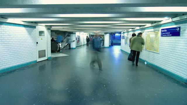 vídeos y material grabado en eventos de stock de t/l ws people on notre dame metro station, paris, france - pasillo característica de edificio