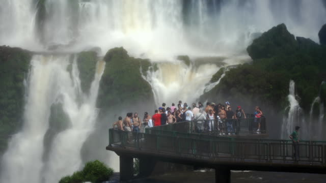 stockvideo's en b-roll-footage met t/l ms people on observation deck at iguazu falls, brazil - latijns amerika