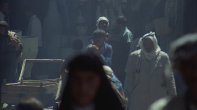 cu, zo, ms, people on open market at narrow street, iraq - イラク点の映像素材/bロール