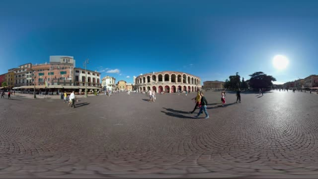vídeos y material grabado en eventos de stock de 360 vr / people on piazza bra at arena di verona - anfiteatro