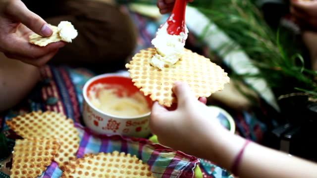 vídeos y material grabado en eventos de stock de personas en un picnic - waffles